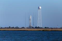 ISOLA DEI COLPI VIOLENTI, VA - 28 OTTOBRE 2014: Sciences Corp orbitali Il razzo di Antares è pronto per il lancio alla funzione d immagini stock