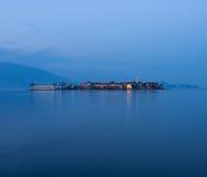 Isola-dei Pescatori an der Dämmerung lizenzfreie stockfotografie