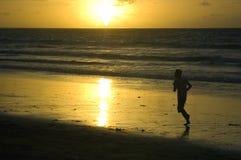 Isola del Bali, tramonto alla spiaggia di Kuta Fotografia Stock