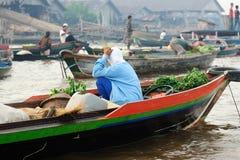 Isola del Borneo, Indonesia - mercato di galleggiamento in Banjarmasin immagine stock libera da diritti
