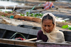 Isola del Borneo in Indonesia - mercato di galleggiamento in Banjarmasin immagine stock libera da diritti