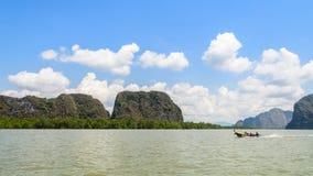 Isola del calcare con la foresta della mangrovia fotografia stock