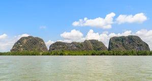 Isola del calcare con la foresta della mangrovia nel giorno soleggiato immagini stock libere da diritti