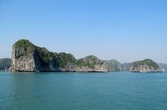 Isola del calcare nella baia del mare Fotografie Stock Libere da Diritti