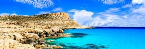 Isola del Cipro - acque di cristallo stupefacenti della laguna blu in capo Gr Immagine Stock