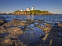 Isola del faro fuori dalla costa di Maine Immagini Stock