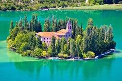 Isola del monastero di Visovac in Krka fotografia stock