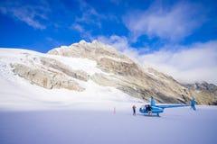 ISOLA DEL SUD, LA NUOVA ZELANDA 24 MAGGIO 2017: Elicottero e pilota che aspettano sopra la neve i cacciatori nel ` del sud s di W Fotografia Stock Libera da Diritti
