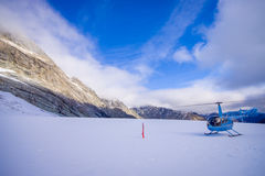 ISOLA DEL SUD, LA NUOVA ZELANDA 24 MAGGIO 2017: Elicottero e pilota che aspettano sopra la neve i cacciatori nel ` del sud s di W Immagini Stock Libere da Diritti