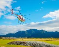 ISOLA DEL SUD, LA NUOVA ZELANDA 25 MAGGIO 2017: Togliere dell'elicottero pronto a prendere i turisti ad un ghiacciaio nel sud Fotografia Stock Libera da Diritti