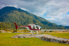 ISOLA DEL SUD, LA NUOVA ZELANDA 25 MAGGIO 2017: Un elicottero pronto a prendere i turisti ad un ghiacciaio nell'isola del sud di  Fotografie Stock