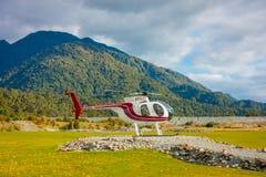 ISOLA DEL SUD, LA NUOVA ZELANDA 25 MAGGIO 2017: Un elicottero pronto a prendere i turisti ad un ghiacciaio nell'isola del sud di  Fotografie Stock Libere da Diritti
