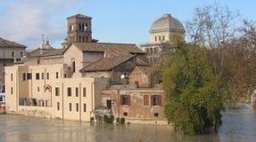 Isola del Tevere nel centro di Roma con acqua alta del fiume il Tevere intorno L'Italia Immagini Stock Libere da Diritti