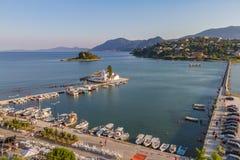 Isola del topo (Pontikonisi) e monastero di Vlacherna, Corfù, Greec fotografia stock libera da diritti