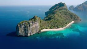 Isola dell'elicottero, Filippine Vista aerea del fuco di un'isola esotica con la spiaggia di sabbia bianca, la giungla verde e la video d archivio