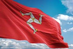 Isola dell'illustrazione realistica d'ondeggiamento 3d del fondo del cielo blu della bandiera nazionale di MANN illustrazione di stock
