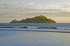 Isola dell'Oceano Pacifico in sole di sera immagini stock