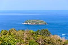 Isola dell'unità di elaborazione del KOH dal punto di vista di Karon Phuket Fotografia Stock