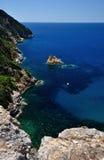 Isola della Cappa和水芋属小山谷Alume, Giglio海岛,意大利 图库摄影