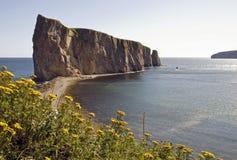 Isola della roccia di Perce alla marea bassa fotografia stock libera da diritti