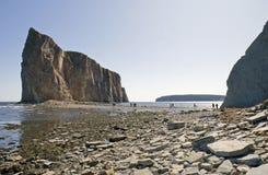 Isola della roccia di Perce con il ponticello di sbarco di marea bassa fotografia stock libera da diritti