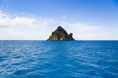 Isola della roccia nel mare blu Fotografia Stock