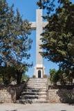 Isola della Rodi, Grecia 05/28/2018 Il percorso che conduce all'incrocio gigantesco vicino al monastero di Filerimos La passione  fotografia stock libera da diritti
