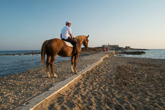 Isola-delle Correnti, Mann und Pferd Stockbild