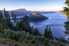 Isola dello stregone e lago del cratere Immagini Stock Libere da Diritti