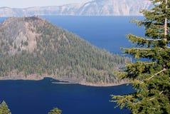 Isola dello stregone nel lago crater Fotografie Stock