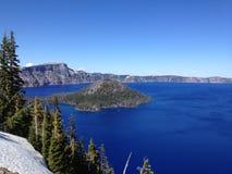 Isola dello stregone nel lago del cratere Immagine Stock