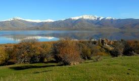 Isola di Achilleios del san nei laghi Prespes in Grecia fotografie stock libere da diritti