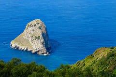 Isola di Aketxe vicino a Bermeo fotografie stock libere da diritti