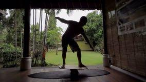 Isola di Bali Il giovane tipo si prepara specialmente sul bordo dell'equilibrio L'uomo impara giudicare l'equilibrio ulteriore è  archivi video