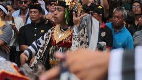 Isola di Bali, Ubud/Indonesia 2 marzo 2018: Ballo tradizionale di balinese su cerimonia reale di cremazione in Ubud video d archivio
