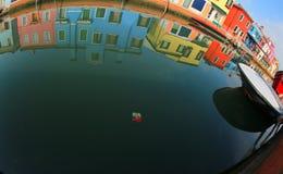 Isola di Burano e le case Colourfully dipinte famose vicino al Ven fotografie stock libere da diritti