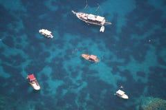 Isola di Capri, Italia (barche parcheggiate sopra il mare cristallino) Immagine Stock