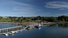 Isola di Chebeague, Maine - 20181006 - fuco aereo - voli verso e scoli al traghetto al bacino video d archivio