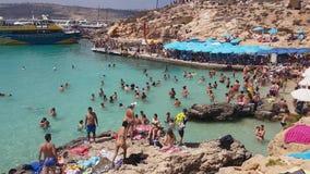 Isola di Comino, Malta - 3 agosto 2016: Turisti che nuotano alla laguna blu archivi video