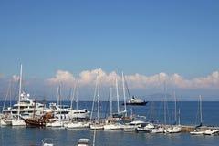 Isola di Corfù del mare ionico delle barche e degli yacht immagini stock