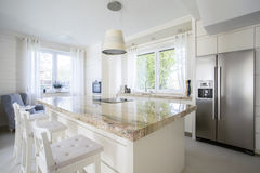 Isola di cucina in casa luminosa Immagine Stock Libera da Diritti