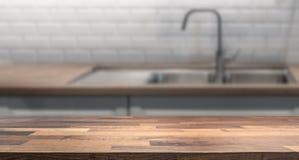 Isola di cucina con il piano d'appoggio di legno per il montaggio dell'esposizione del prodotto fotografia stock
