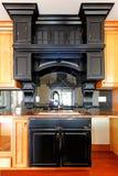 Isola di cucina e gabinetti di legno su ordinazione della stufa. Nuovo interno domestico di lusso. fotografia stock