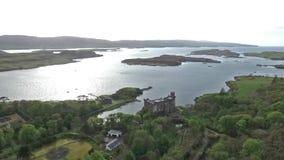Isola di Dunvegan del lago del paesaggio del colpo di Aearial di Skye Scotland Great Britain stock footage