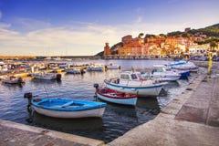 Isola di Elba, baia del villaggio di Rio Marina Porticciolo e faro Tusc Immagini Stock Libere da Diritti