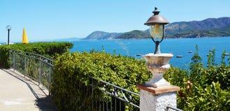 Isola di Elba, lampada del ferro, piante, barche, mare, terrazzo in Italia, Europa Fotografia Stock
