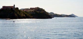 Isola di Elba, porto, navi, colline, vegetazione, barche, mare, in Italia, Europa Fotografie Stock