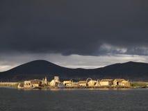 Isola di galleggiamento di Uros sul lago Titicaca, Perù fotografia stock libera da diritti