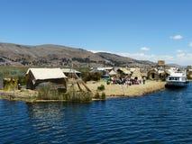 Isola di galleggiamento Uros sul Titicaca, Perù immagini stock libere da diritti