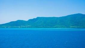 Isola di jawa di Karimun con l'ampio e mare blu profondo spazioso e chiaro cielo in isola tropicale immagine stock libera da diritti